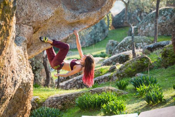 arrampicarsi sulla roccia